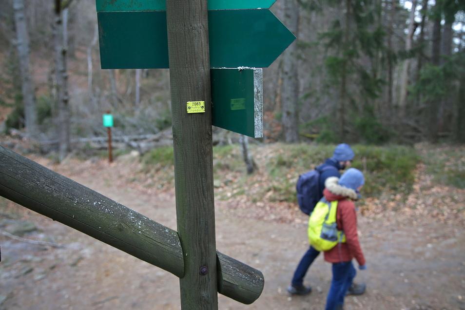Notruf-Standort: Jeder Wegweiser trägt ein gelbes Schild mit einer Nummer. Sie hilft der Bergwacht, Verunglückte zu lokalisieren.