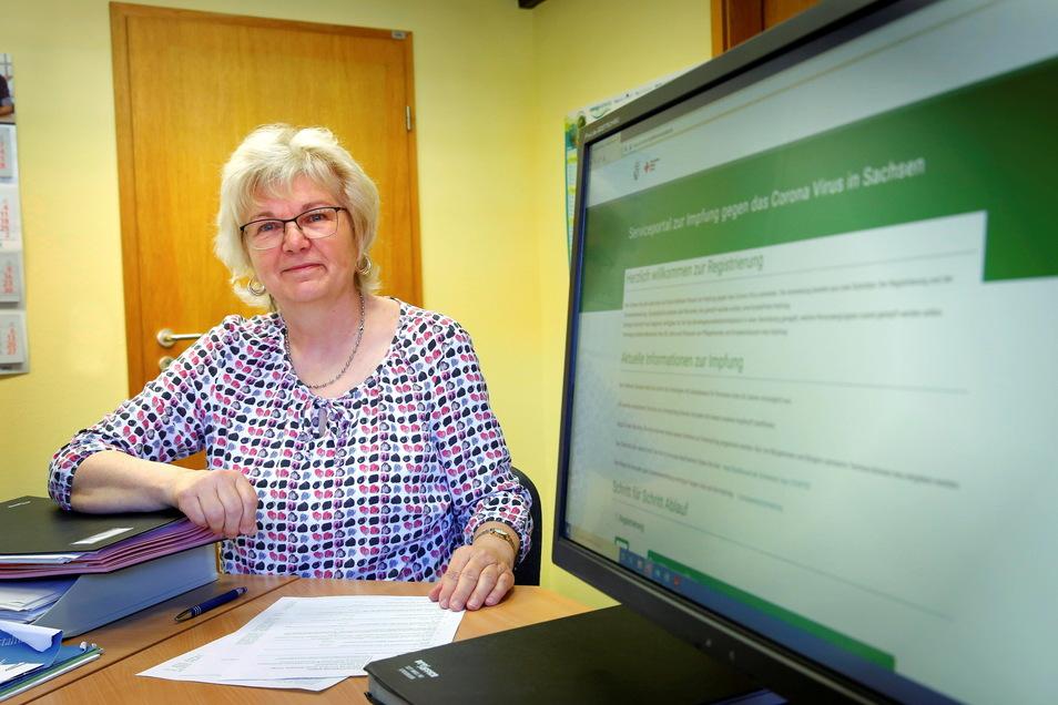 Beate Jannasch sitzt im Kamenzer Rathaus an Computer und Telefon und vermittelt Senioren ab 70 Jahren, die mit dem Prozedere nicht klarkommen, Termine im Impfzentrum.