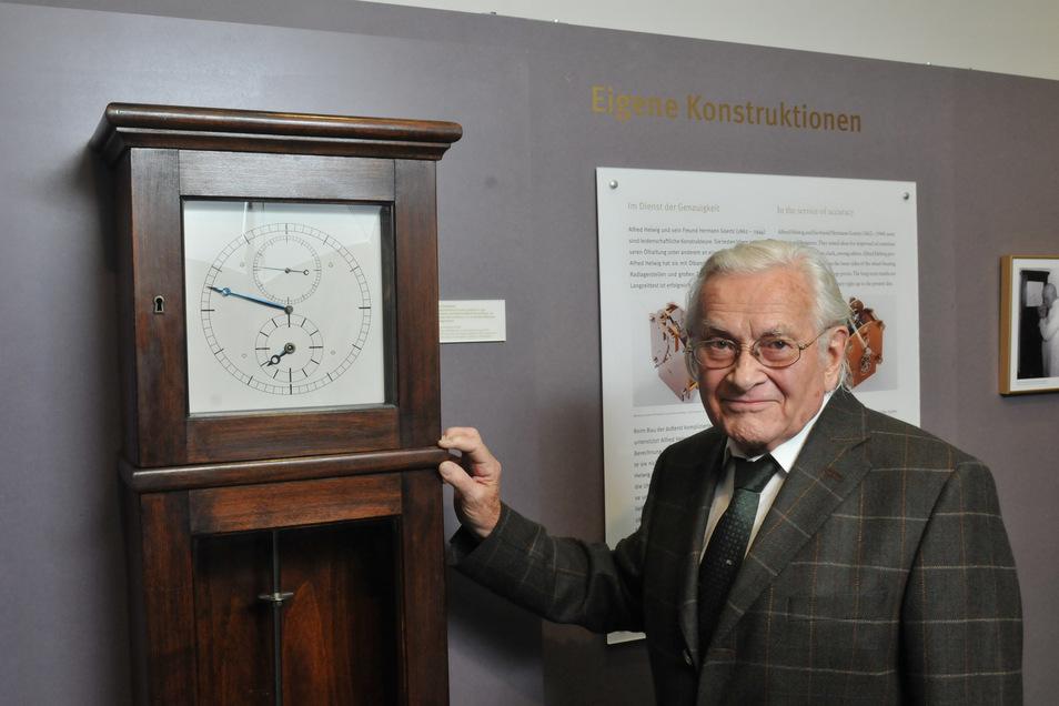 Glashüttes Ehrenbürger Kurt Herkner zeigt die Leihgabe einer Pendeluhr für die Sonderausstellung zu Alfred Helwig im Uhrenmuseum.