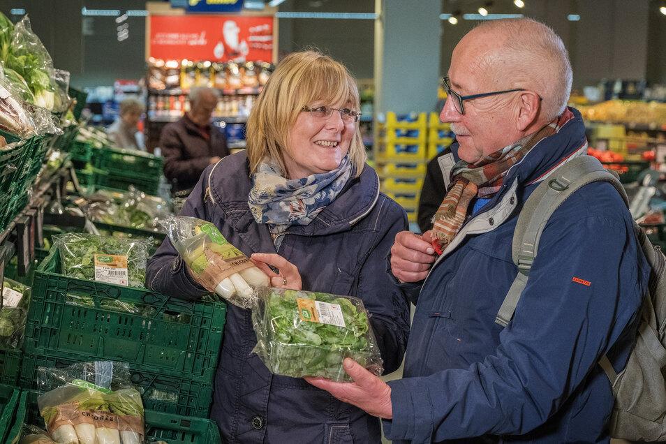 Birgit Brendel von der Verbraucherzentrale Sachsenund Testkäufer Hans-Wolfgang Mögel prüfen Gemüse im Supermarkt.
