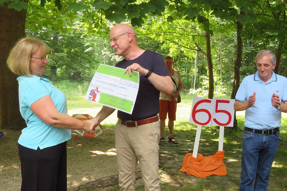 """Gabriele Schaar (v. l.), die Leiterin der Kindertagesstätte """"Fuchs und Elster"""" in der Wiednitzer Ortslage Heide, freute sich über die Fördermittelzusage, die Bürgermeister Harry Habel zur Feier des 65-jährigen Kita-Bestehens überreichte."""