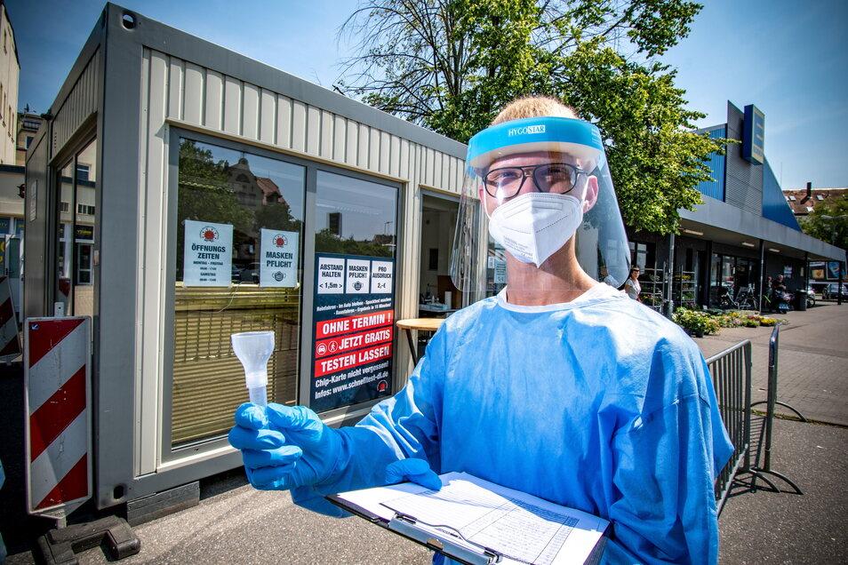 Hugo Stiller testet die Döbelner im Testcenter am Edeka-Markt. Dieses soll auch dann bestehen bleiben, wenn aufgrund der sinkenden Testzahlen andere Teststationen geschlossen werden.