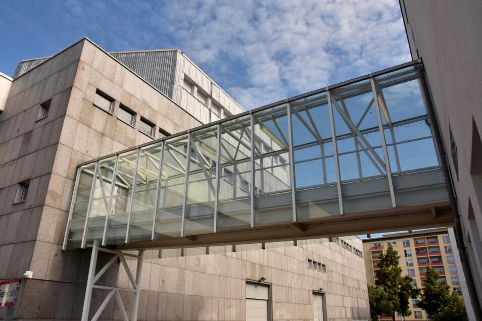 Eigens für Tagungsgäste entstand beim Bau des Congress-Hotels 1995 eine gläserne Brücke zur Lausitzhalle.