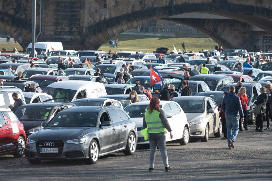 Mit einem Autokorso haben Ende Februar in Dresden hunderte Menschen gegen die Corona-Maßnahmen demonstriert. Dabei kam es zu mehreren Straftaten, die im Nachhinein bekannt wurden.