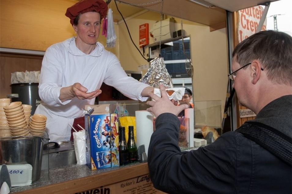 Sabine Richter verkaufte an den Ostertagen am Eingang zum Rabenauer Grund Eis, gebrannte Mandeln, Crêpes, Bratwürste und Getränke. Mit der Nachfrage war sie sehr zufrieden.
