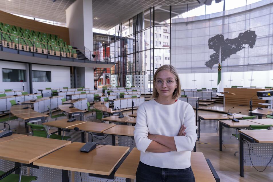 Gerade ist im Landtag alles anders, nur jede zweite Bank belegt. Normalerweise sitzt Lucie Hammecke in der dritten Reihe der Grünen-Fraktion, auf dem Randplatz neben der SPD.
