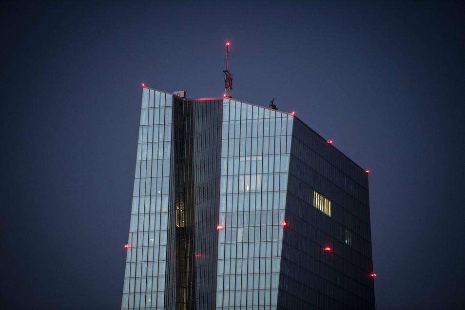 Die Europäische Zentralbank (EZB) strebt für den Euroraum mit seinen 19 Staaten mittelfristig eine jährliche Teuerungsrate von knapp unter 2,0 Prozent an.