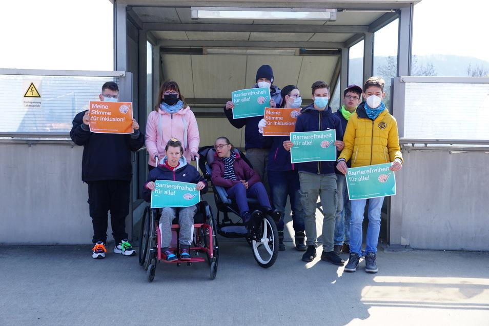 """Schüler der """"Schule im Park"""", darunter die beiden Rolli-Fahrerinnen Laura und Michelle, fordern einen barrierefreien S-Bahn-Halt in Hainsberg-West."""
