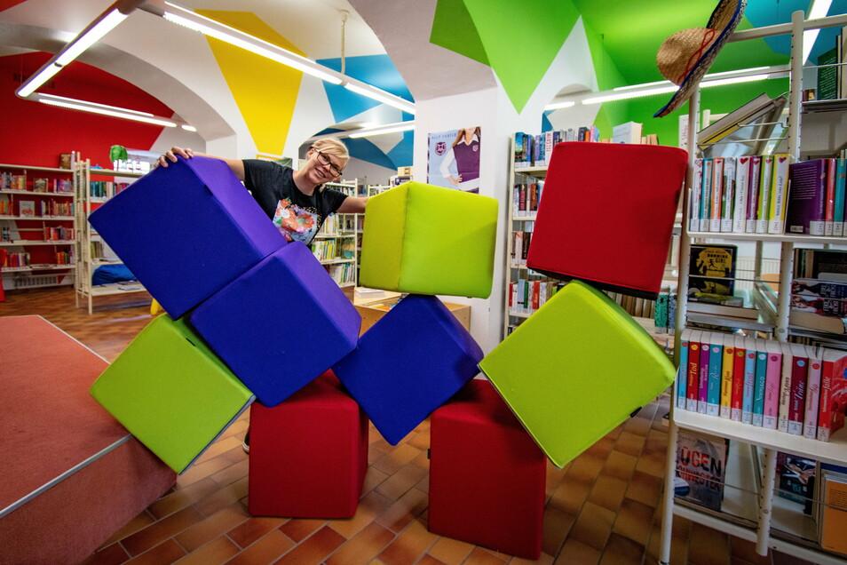 Im Bereich der Kinderbibliothek gibt es bunte Würfel als Sitzgelegenheit.