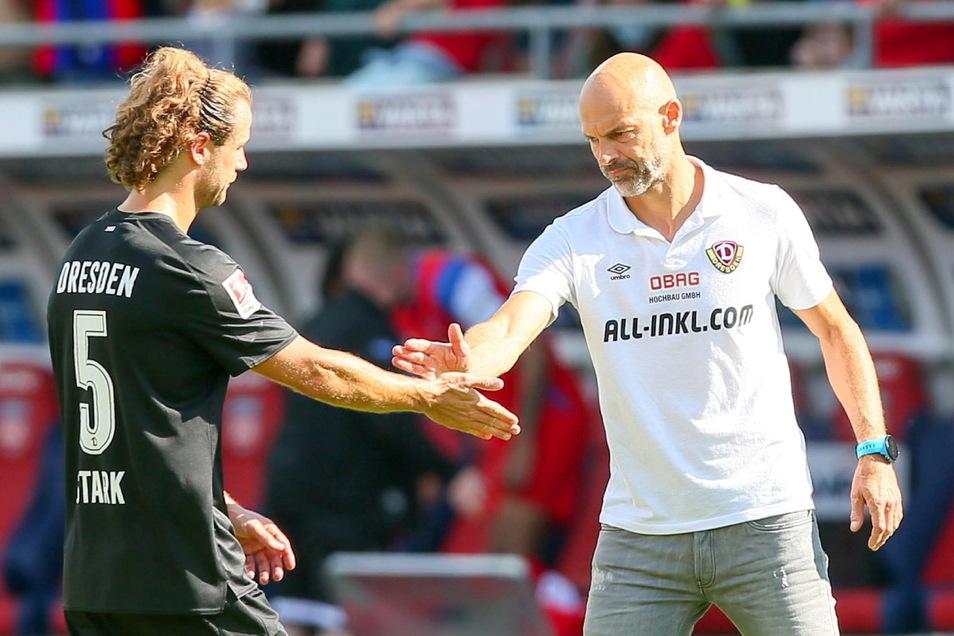 Abklatschen und weiter geht's: Dynamos Cheftrainer Alexander Schmidt und der zweite Kapitän Yannick Stark nach der Niederlage in Heidenheim.