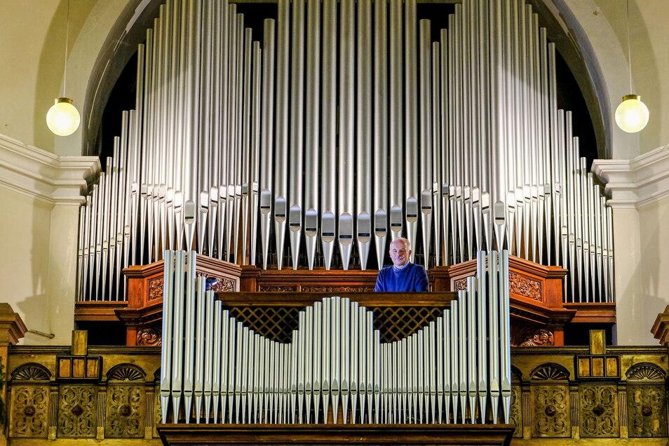 Kirchenmusikdirektor und Kantor Gottfried Trepte steht an der Orgel der Lutherkirche. Bei ihm lernen Kurrendekinder singen.