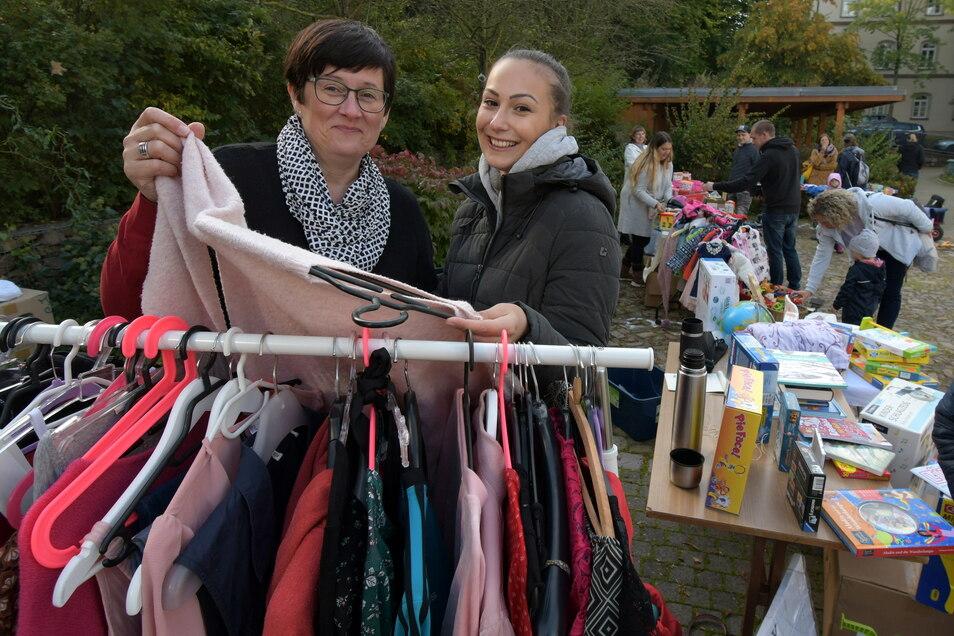 Endlich wieder Flohmarkt in Waldheim. Annett Rudolph und Julia Heinrich haben zusammen einen Verkaufsstand aufgebaut.