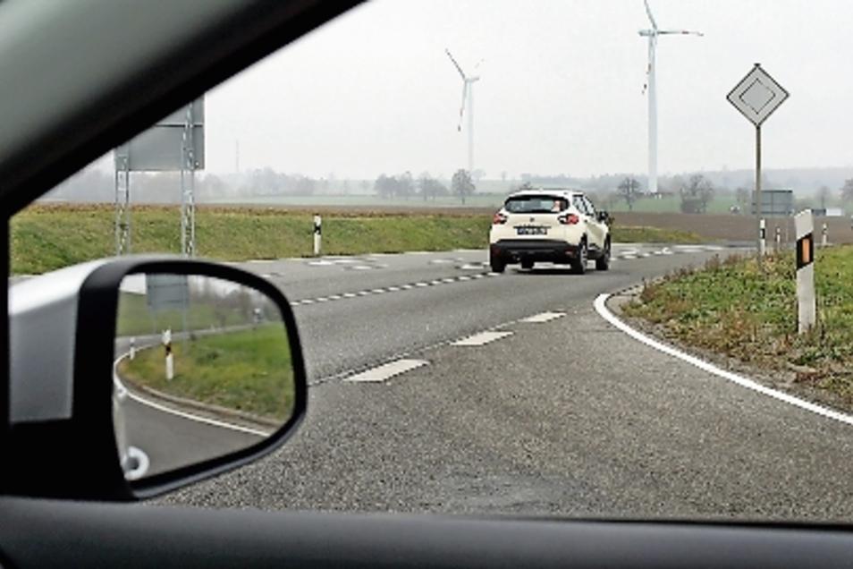 Blick aus Richtung Hartha nach rechts: der neuralgische Punkt. Die Autos kommen aus einer Senke und sind deshalb spät zu sehen.