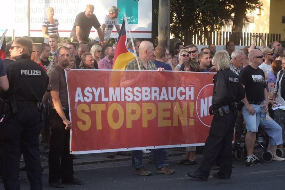 """Under dem Motto """"Asylmissbrauch stoppen!"""" versammelten sich am frühen Abend Rechtsextreme und """"Asylkritiker"""" vor dem Zeltlager."""