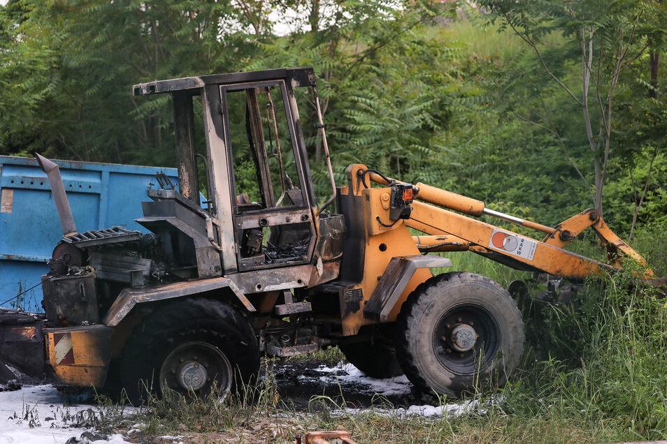 Unbekannte versuchten am Wochenende offenbar einen Radlader von einer Baustelle an der Harkortstraße in Dresden zu stehlen. Jetzt hat das Fahrzeug gebrannt.