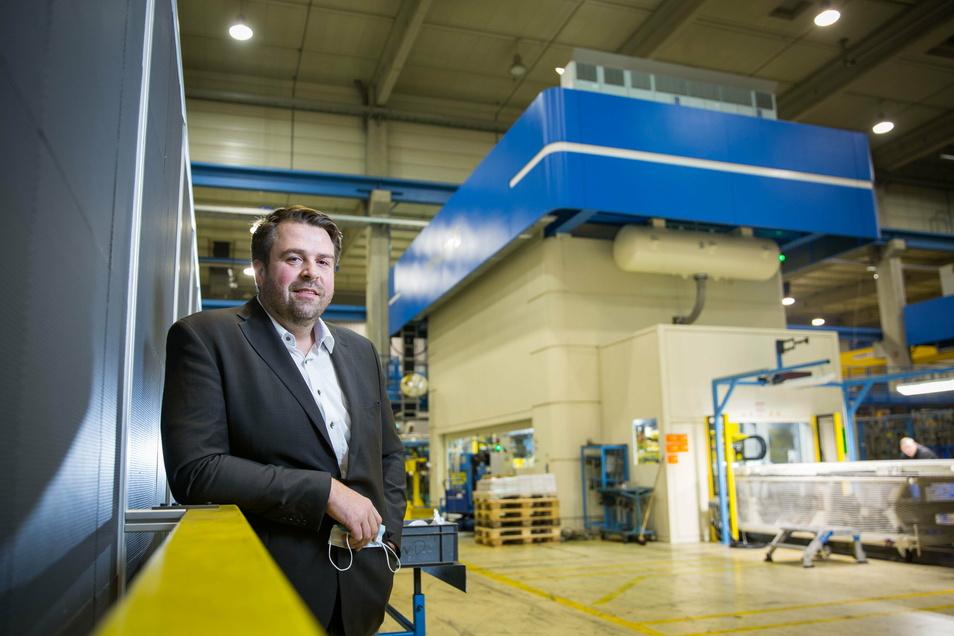 Mirko Schmidt ist Geschäftsführer von KWD Radeberg. Sieben Millionen Euro hat die Firma in den Metallkoloss im Hintergrund investiert.