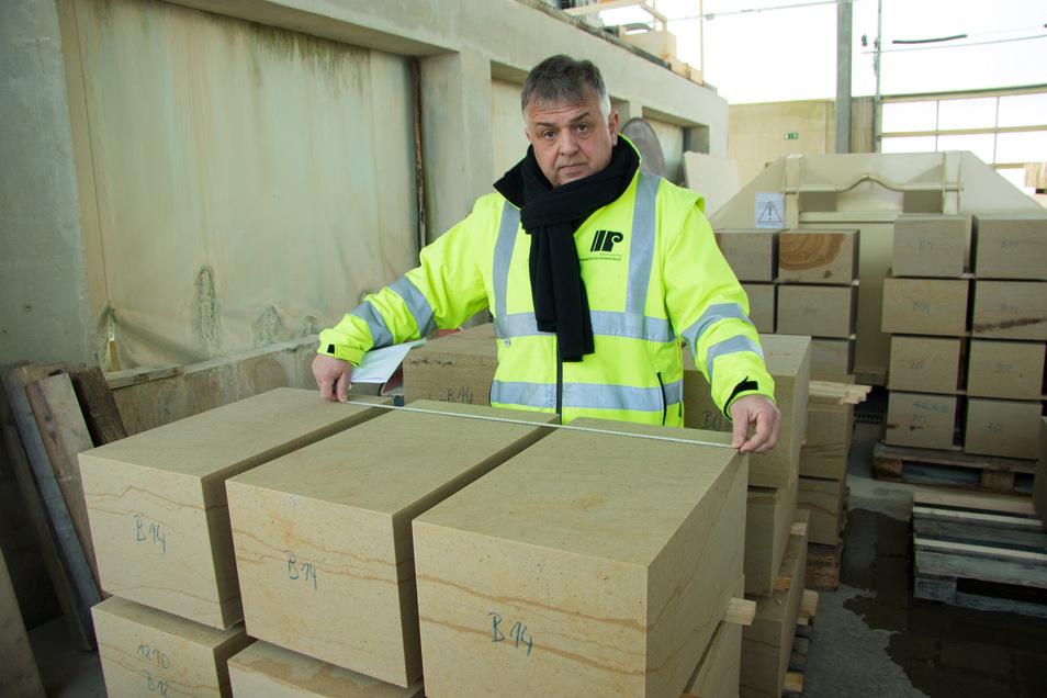 Die neuen Brüstungssteine werden in den Pirnaer Sandsteinwerken hergestellt. Produktionsleiter Uwe Jahr prüft sie noch einmal vor dem Abtransport.