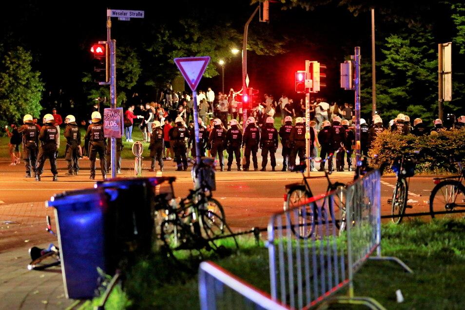 Die Polizei geht auf einer Wiese in Münster gegen Randalierer vor. Nachdem Kontrollen der Stadt zunächst Wirkung gezeigt und Hunderte Besucher friedlich gefeiert hatten, sei die Situation im Laufe der Nacht eskaliert.