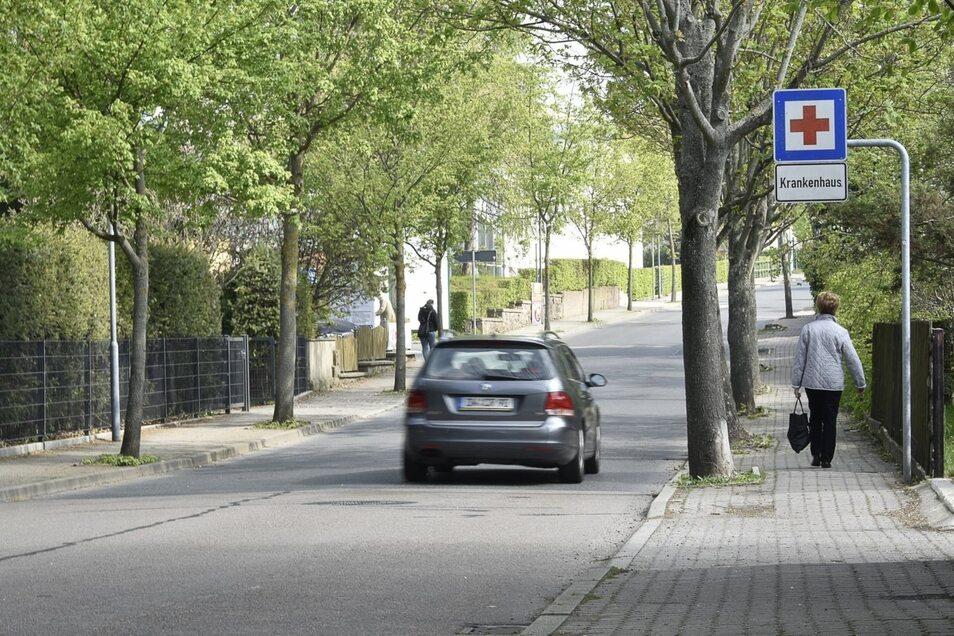 Baubeginn dieses Jahr an der Rabenauer Straße Der Fußweg entlang der Rabenauer Straße ist uneben. Der erste Bauabschnitt bis zum Krankenhaus soll aber dieses Jahr gebaut werden