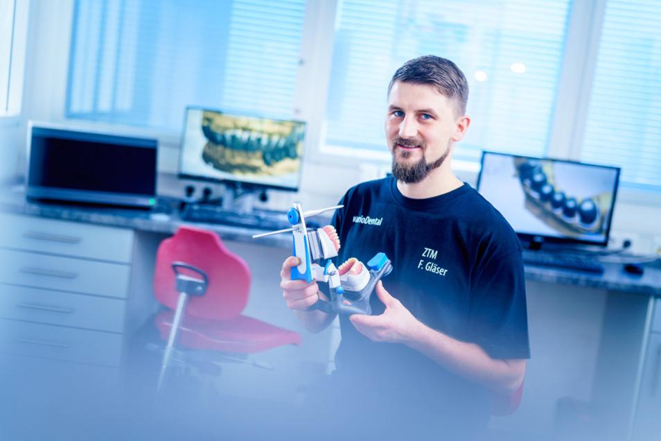 Felician Schneider ist Meister im Zahntechnikerhandwerk, er nimmt Aufträge von Zahnärzten entgegen und berät diese zur bestmöglichen zahntechnischen Restauration oder Versorgung.