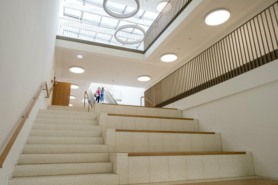 Lichtdurchflutet ist das zentrale Treppenhaus, wo es neben den Stufen Sitzbänke für die Pausen gibt.