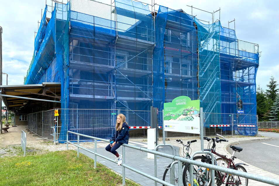 Die Gemeinde Großschönau hat den Bahnhof ersteigert und sichert das Gebäude denkmalgerecht. Das ist nun viel teurer als gedacht.