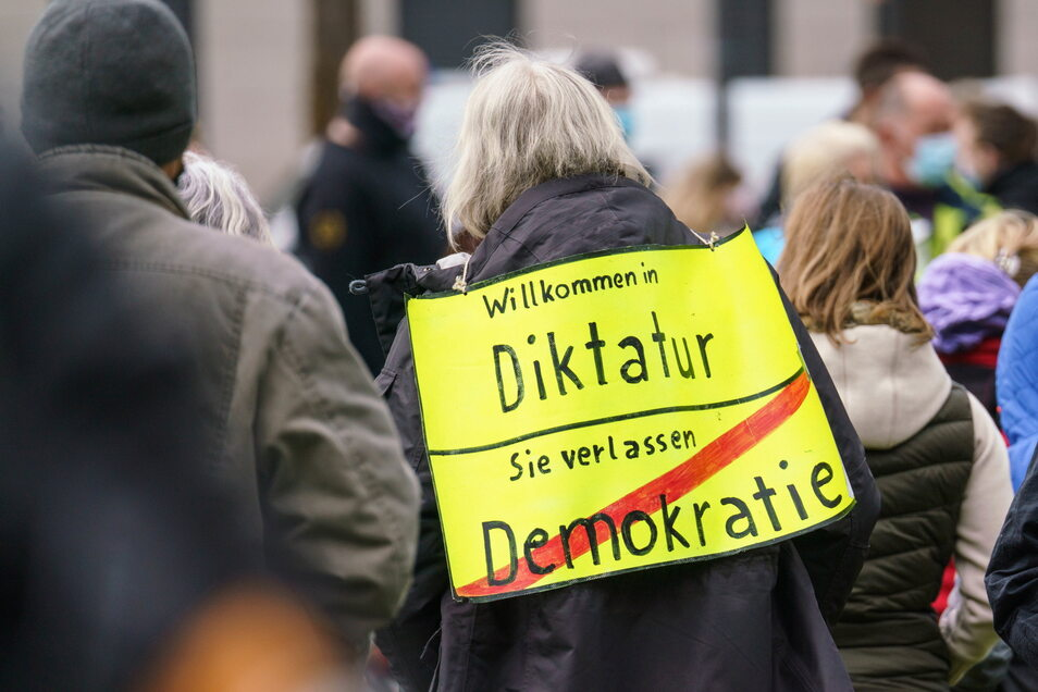 """Eine Demonstrantin bei einer Kundgebung der """"Querdenken""""-Bewegung."""