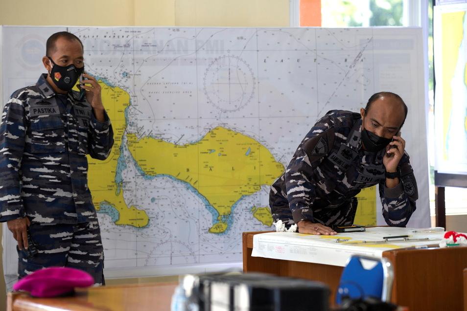 Indonesische Militärbeamte vor einer Karte des Ortes, an dem das U-Boot vermisst wurde.