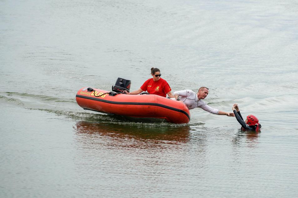 Robert Hänsel und Luisa Thiel von der Deutschen Lebens-Rettungs-Gesellschaft Bautzen trainieren auf dem Stausee für den Ernstfall. Sie ziehen eine Frau aus dem Wasser.