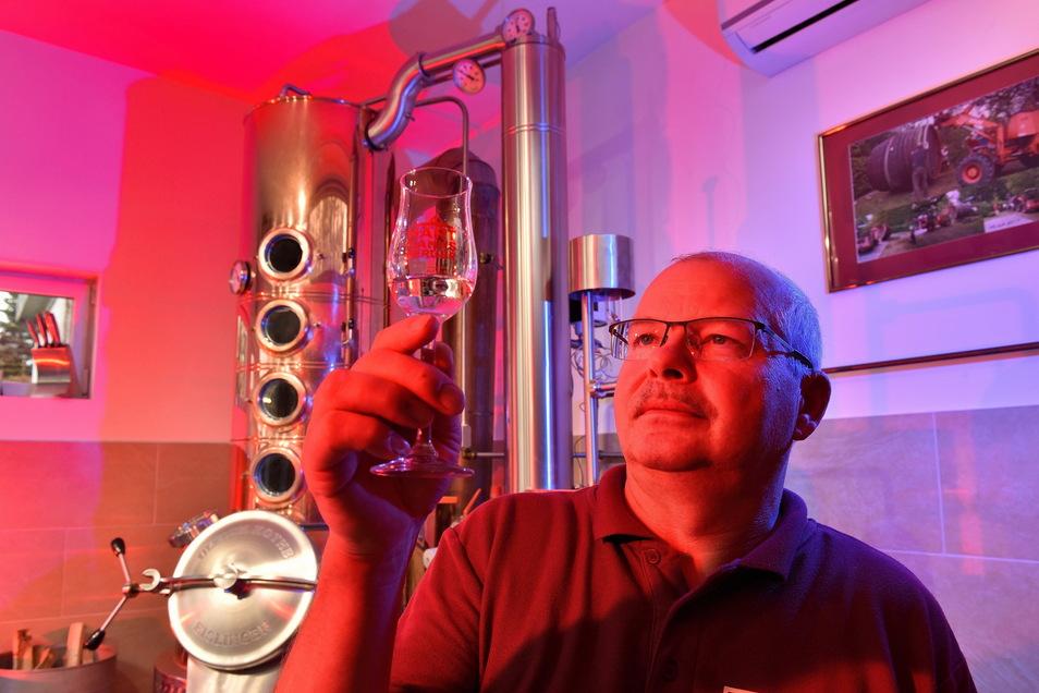 Zum Wohl, Freital! Brenner Sandos Schubert präsentiert zum Stadtgeburtstag seinen Mirabellenbrand aus dem Rumfass.