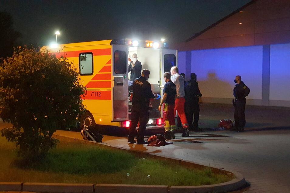 Der Verletzte schwebt in Lebensgefahr und wird in die Uniklinik Dresden gebracht.