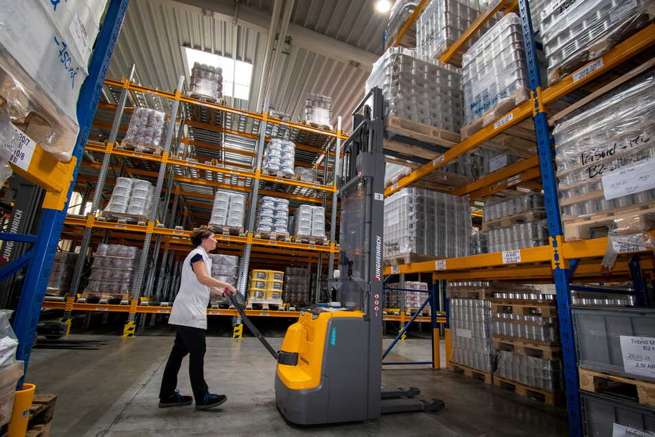 Sandra Kroh arbeitet in der Lagerhalle der Meffert AG in Ostrau. Dort gibt es etwa 1.700 Lagerplätze für Produkte, die in die ganze Welt gehen.