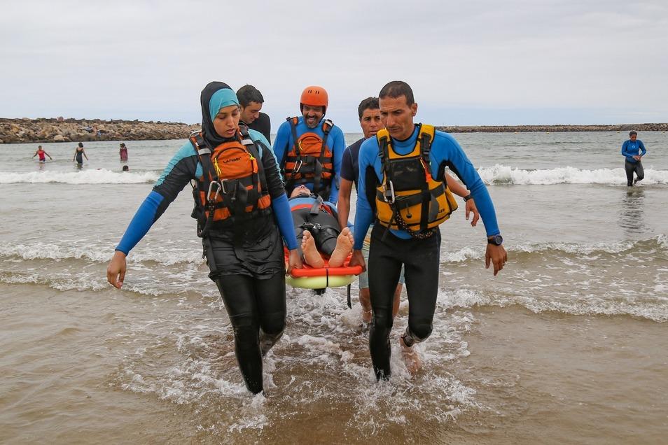 Freiwillige des Marokkanischen Roten Halbmonds trainieren mit DRK-Profis die Wasserrettung.