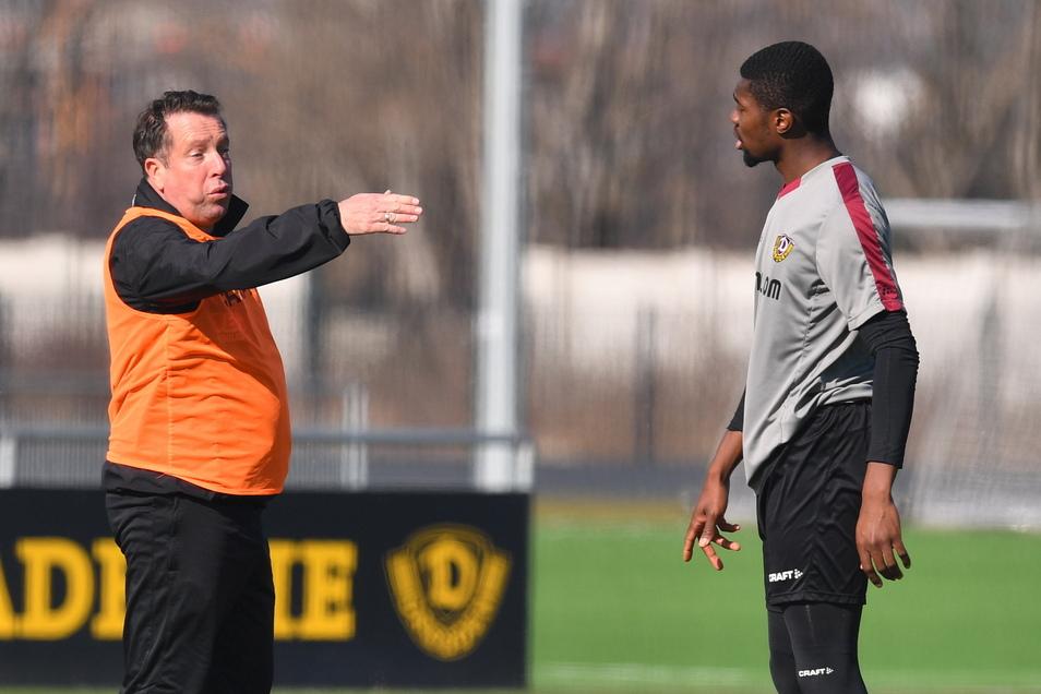 Trainer Markus Kauczinski muss mit den Dynamo-Profis wie hier bei einer früheren Übungseinheit mit Leroy Kwadwo weiter individuell und auf Abstand arbeiten.