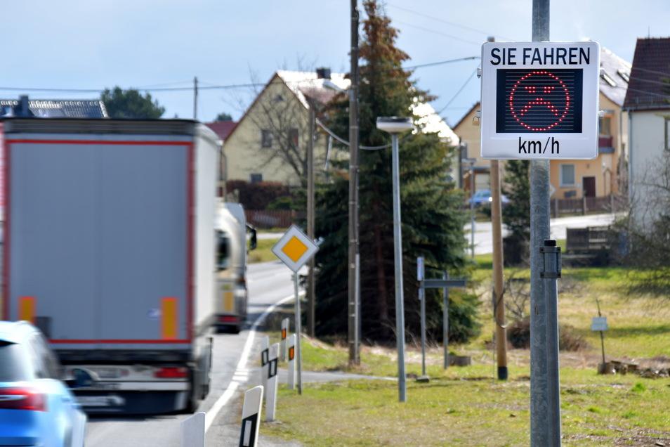 Zu schnell unterwegs: Am Ortsteingang von Feldschlößchen weist die Messtafel auf das Tempo der Autofahrer hin. Sie wurde auf Initiative von Einwohnern angeschafft.