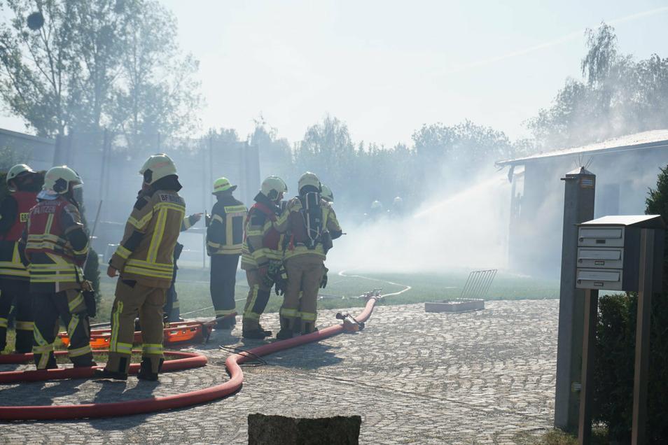 Dicker Rauch lag während der Löscharbeiten über den gesamten Grundstück in Breitenbach.