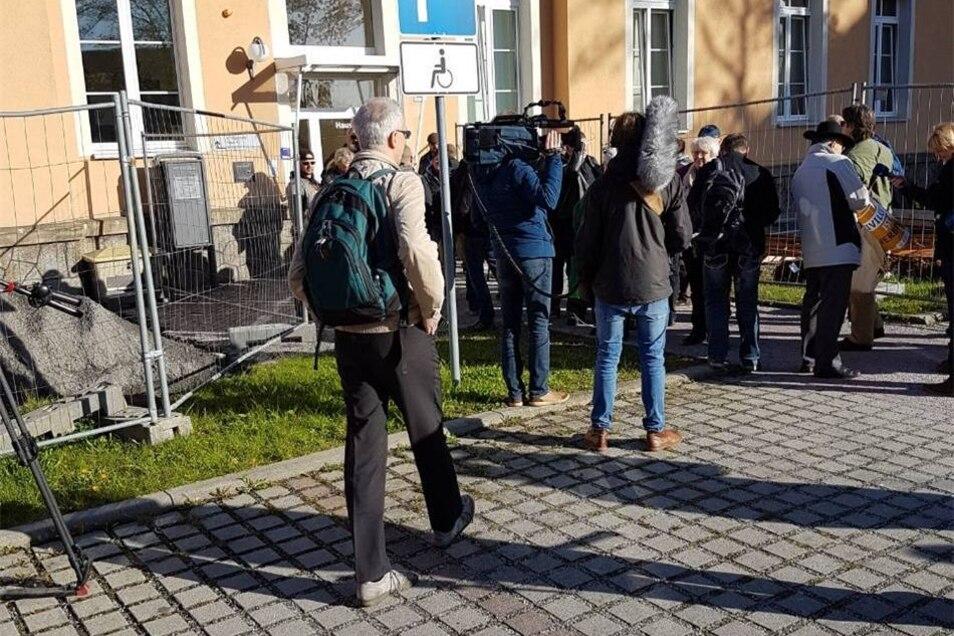 Viele der Anwesenden Zuschauer sind auch schon bei Pegida-Demonstrationen in Dresden in Erscheinung getreten. Gesichtet wurden auch Mitglieder des Motorradclubs Road Eagle MC Arnsdorf.
