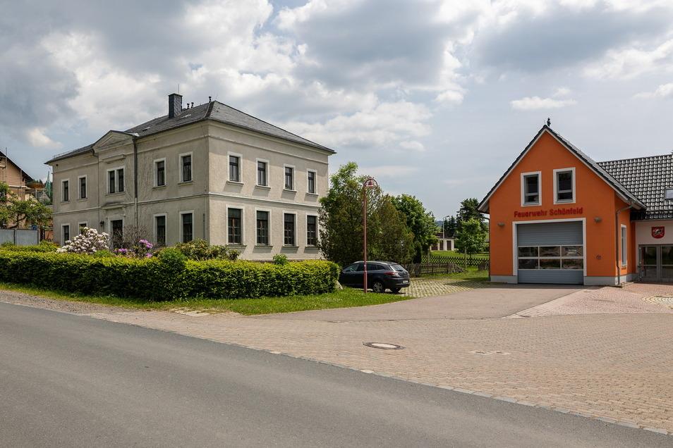 Die Stadt Dipps verkauft die alte Schule im Ortsteil Schönfeld, nachdem sich vier Jahre lang kein Interessent dafür gefunden hat. Die Feuerwehrzufahrt wird eigens gesichert.