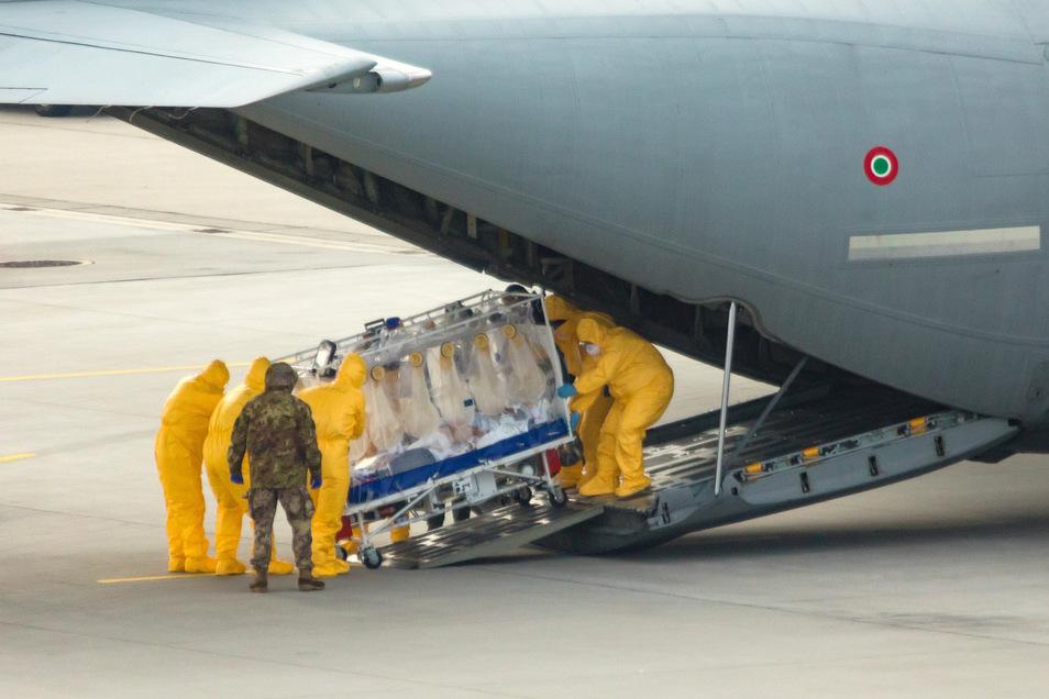 Zwei schwer erkrankte Covid-19-Patienten werden am 26. März in Klotzsche aus einem Militärflugzeug geholt. Ihnen soll in Sachsen das Leben gerettet werden.