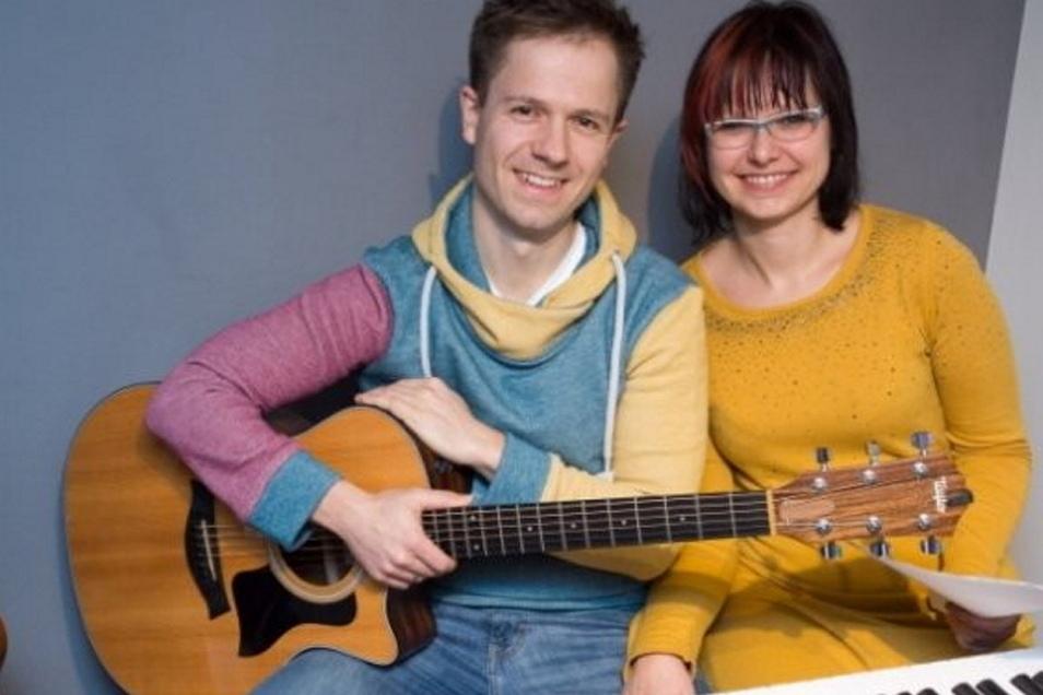 """""""Zu spät aber entspannt"""" heißt das musikalische Poetry Slam-Programm von Isabell und Sven."""