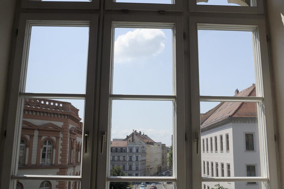 Die von der Tischlerei angefertigten modernen Fenster im Augustum-Annen-Gymnasium und das alte, angedeutete Maßwerk bilden einen schönen Kontrast.