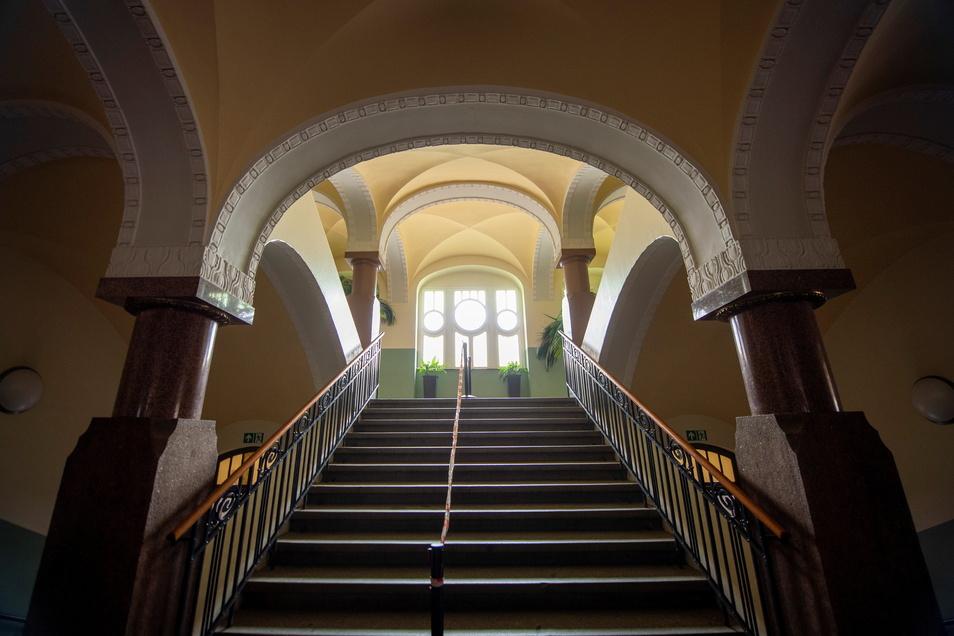 Das historische Treppenhaus (rechts unten) bekommt ebenfalls Neuerungen, damit es den heutigen Anforderungen des Brandschutzes entspricht.
