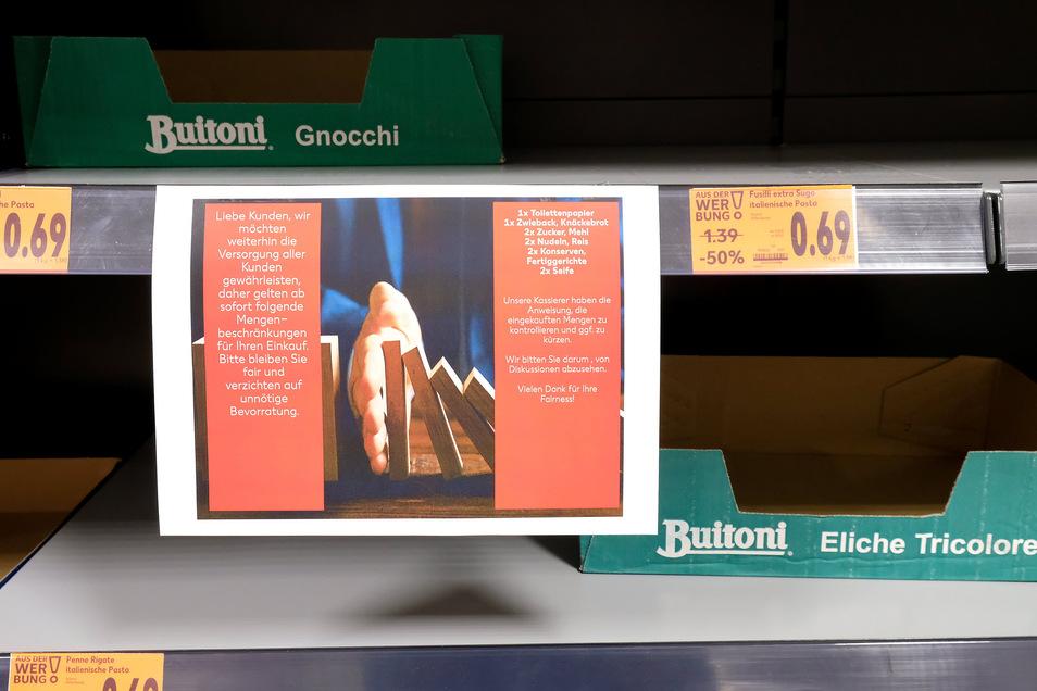 Im Kaufland im Elbe-Center sind Mengenbeschränkungen bei einigen Waren eingeführt worden, um Hamsterkäufen vorzubeugen.