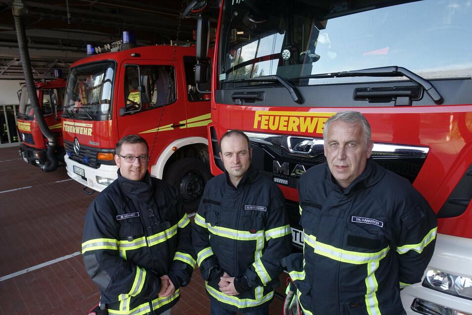 Heiko Hentzschel (Mitte) ist neuer Ortswehrleiter von Döbeln. Er löst Thomas Harnisch (rechts) in dieser Funktion ab. Erster Stellvertreter ist Matthias Schmidt.