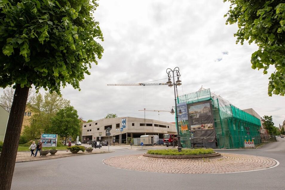 Die Gerüste am Neubau sind gefallen, am historischen Scheunenhof noch nicht.