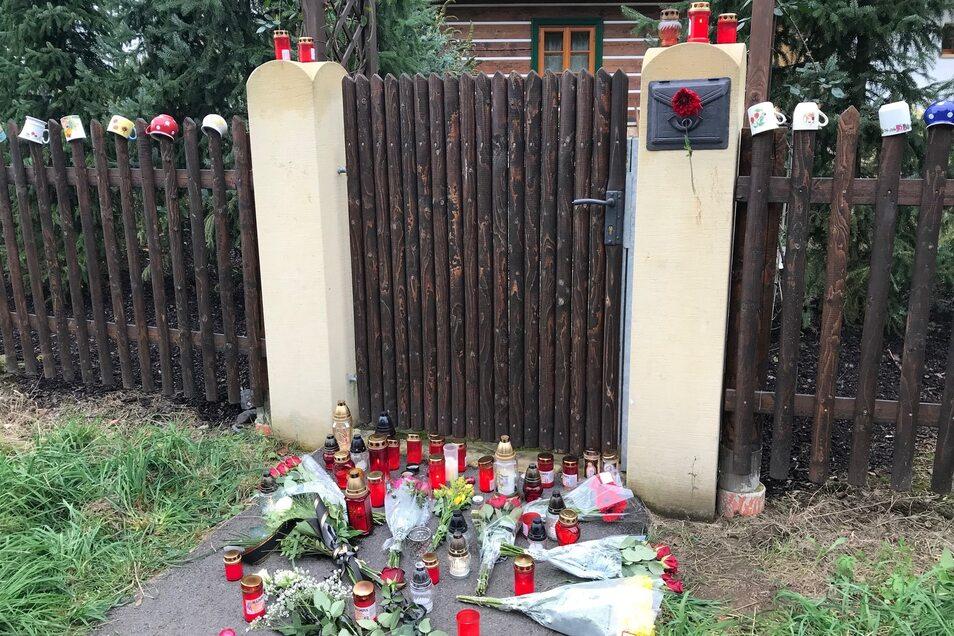 Auch vor dem Sommerhaus von Karel Gott trauern Fans um den Künstler.