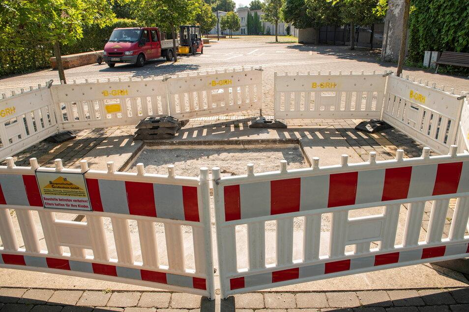 Der Nixbrunnen wurde schon 2003 stillgelegt. Er wird zur Bodenplastik umgestaltet, sodass die Platzfläche besser gesäubert werden kann.