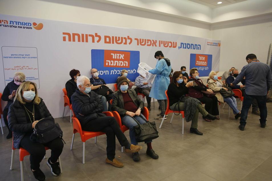 Israel, Rehovot: Ältere Menschen warten auf ihre Impfung.