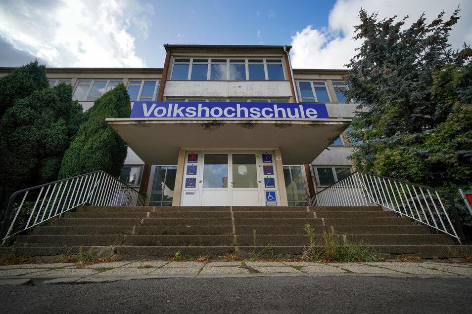Im Schulhaus Typ Dresden Atrium am Schilfweg in Seidnitz hatte zuletzt die Volkshochschule ihren Standort. Noch immer ist das Schild über dem Haupteingang zu sehen.