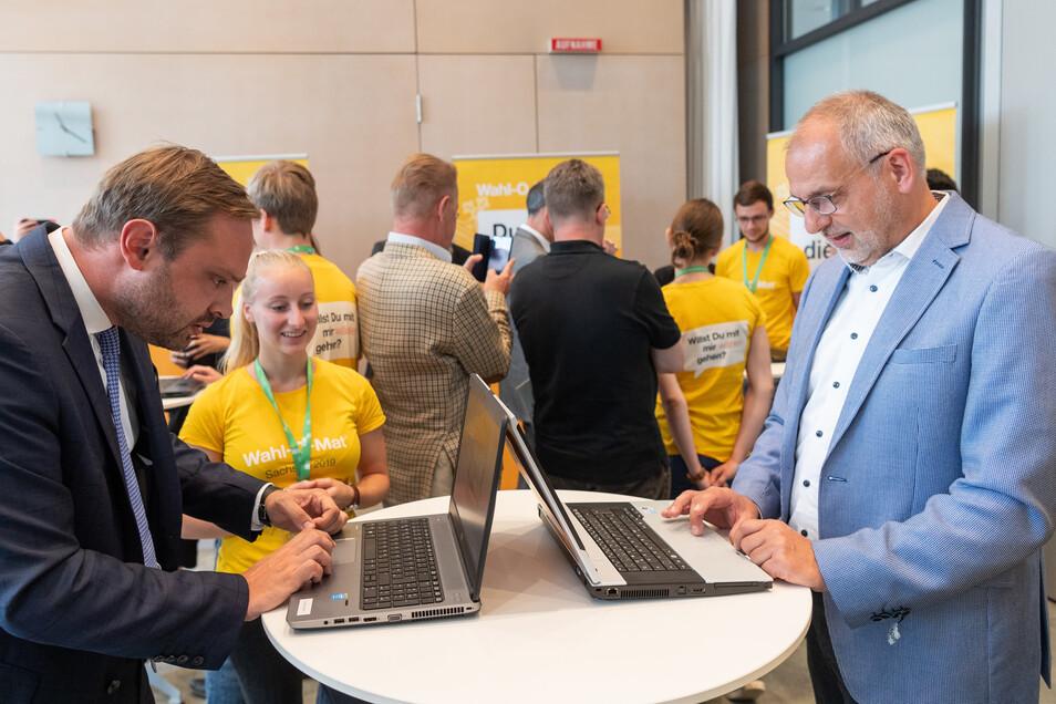 CDU-Generalsekretär Alexander Dierks (l.) und Rico Gebhardt, der Spitzenkandidat der Linken, testen den Wahl-O-Maten.